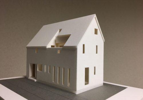 屋外テラスと屋内テラスのある家